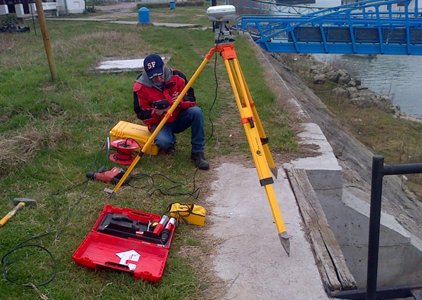 Геодезист работи посредством новоизградената геодезична мрежа