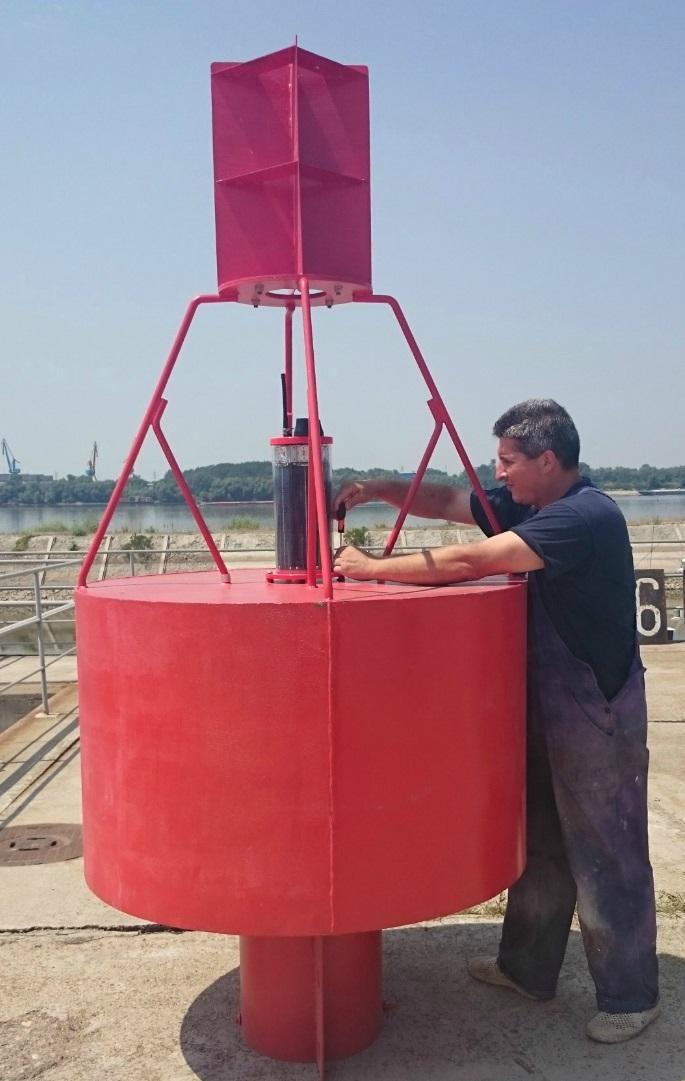 Монтиране на маркираща лампа към плаващ навигационен знак