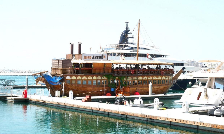 Лодката-ресторант Aprons&Hammers, закотвена в Дубай Марина