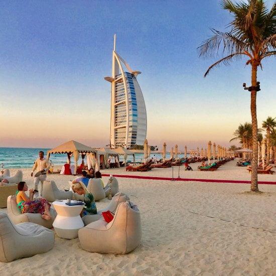 Shimmers на брега на Арабския залив с изглед към Бурж Ал Араб
